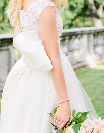 Kendra Scott Bridal Collection Cole Bracelet on bride holding bouquet